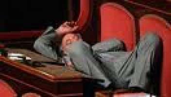 Firma-il-taglio-alle-entrate-immeritate-dei-senatori-e-deputati
