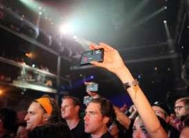 Bandiamo gli smartphone e i tablet dai concerti