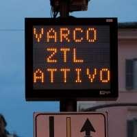 Roma, una firma contro lo stop alle moto in centro.