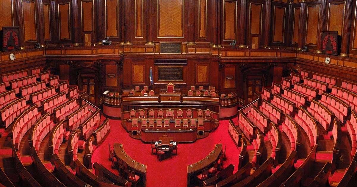 Dimezzare gli stipendi parlamentari e togliere l'immunità