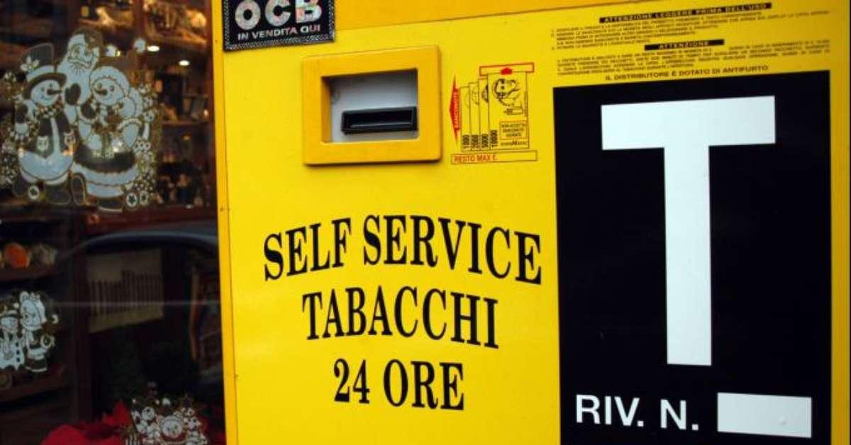 Vietare i distributori automatici di sigarette